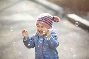 طفل يضحك